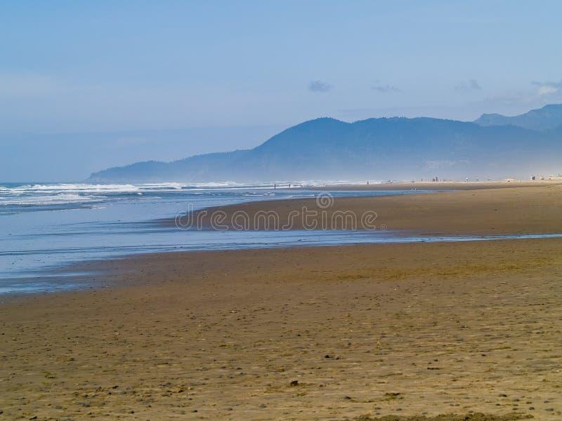 Ondas de oceano na costa foto de stock royalty free