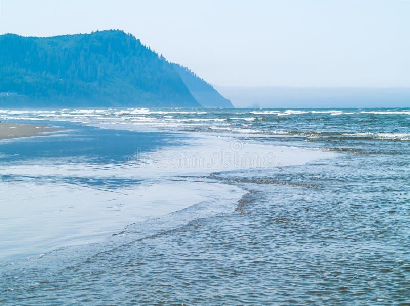 Ondas de oceano na costa imagens de stock royalty free