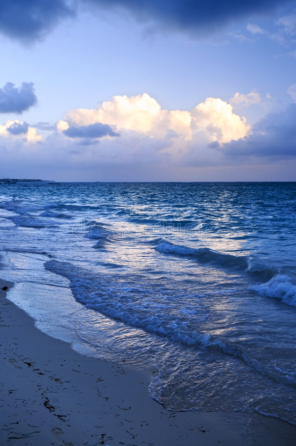 Ondas de oceano na praia no crepúsculo fotos de stock royalty free