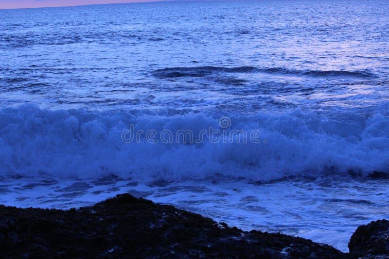 Ondas de oceano no por do sol foto de stock