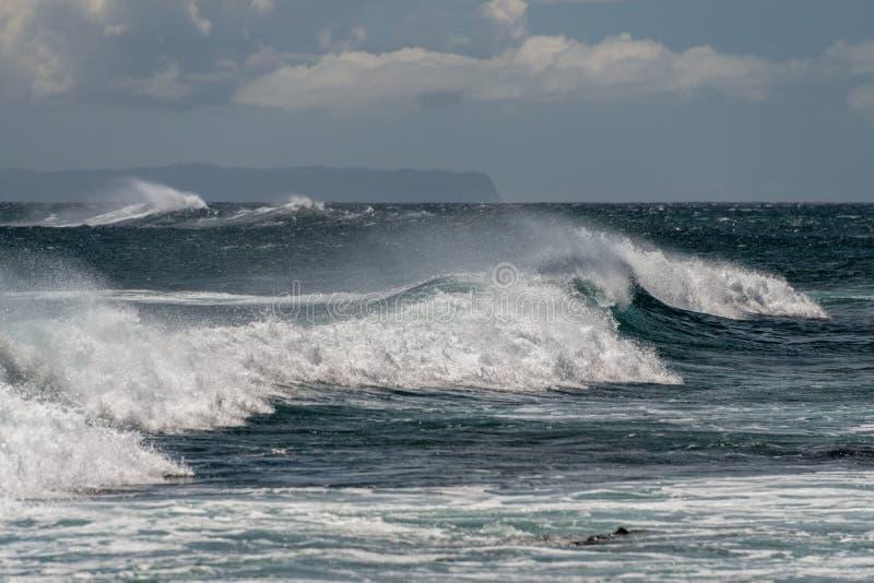Ondas de Oceano Pacífico na costa fotos de stock