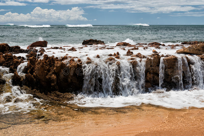Ondas de Oceano Pacífico na costa foto de stock royalty free