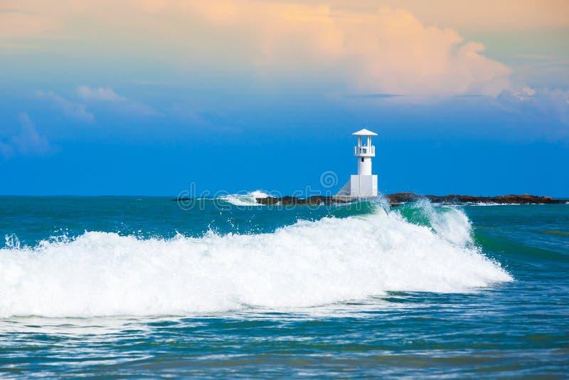 Ondas de oceano de pressa e a casa clara branca em um litoral em Khao Lak, Tailândia fotos de stock