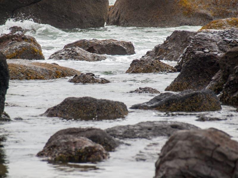 Ondas de oceano que deixam de funcionar na rocha imagem de stock