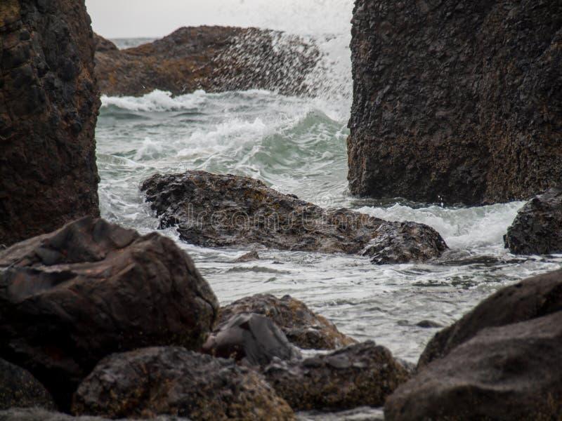 Ondas de oceano que deixam de funcionar na rocha imagens de stock