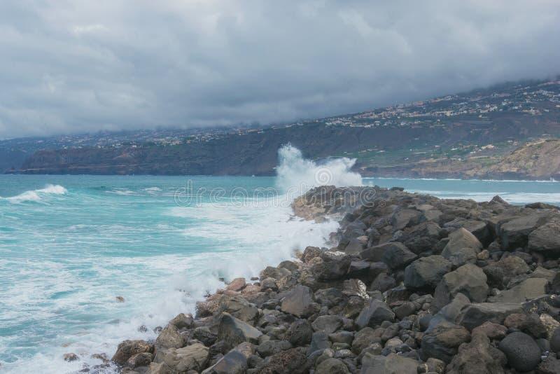 Ondas de oceano que deixam de funcionar contra rochas paisagem em tenerife fotografia de stock royalty free