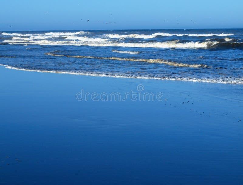 Ondas de oceano que quebram na costa foto de stock