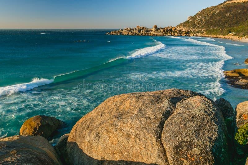 Ondas de rolamento bonitas na praia de Llandudno, Cape Town imagem de stock