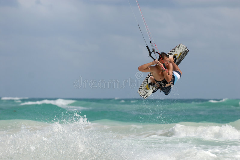 Ondas de salto de Kitesurfer imagens de stock royalty free