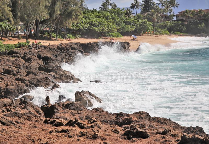 Ondas deixando de funcionar contra uma parte dianteira da praia rochosa imagens de stock royalty free