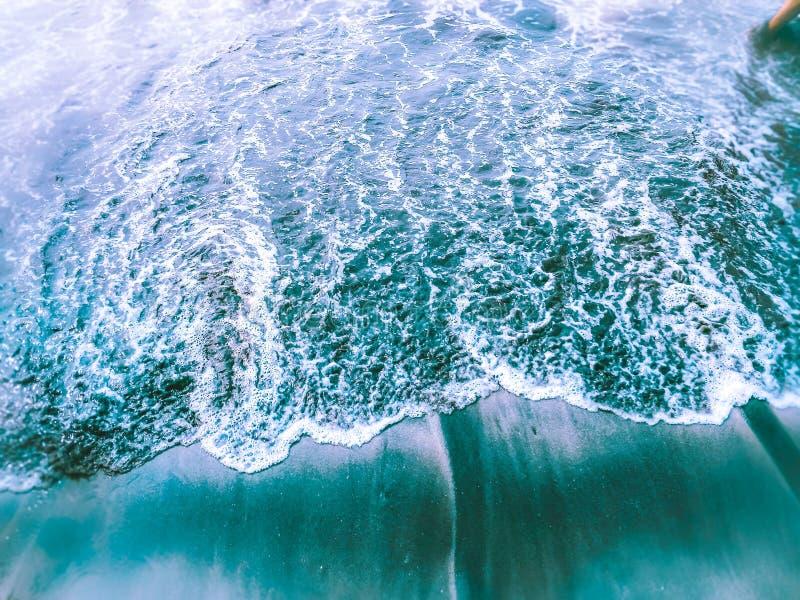 ondas deixando de funcionar da água do mar imagens de stock royalty free