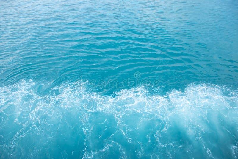 Ondas del mar en la ola oce?nica que salpica el agua de la ondulaci?n Fondo del agua azul Deje el espacio para escribir el texto fotos de archivo