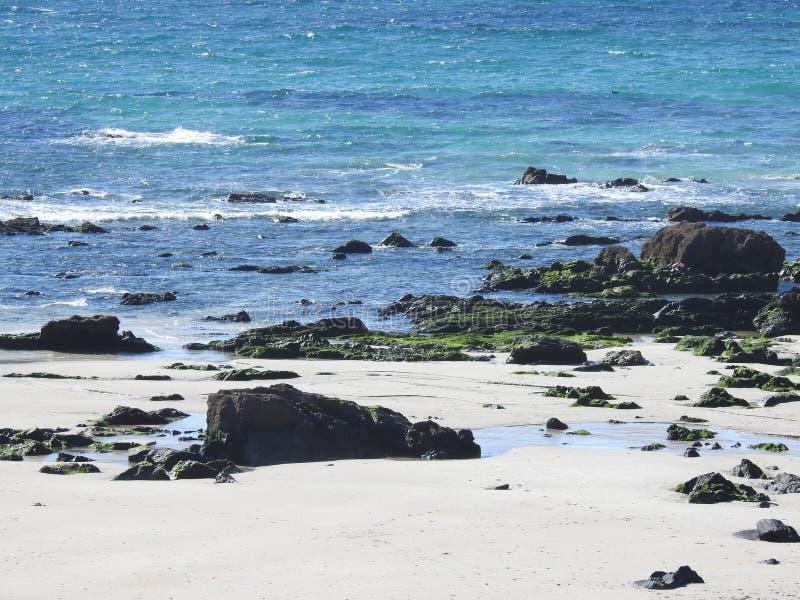 Ondas del mar que machacan en rocas foto de archivo libre de regalías