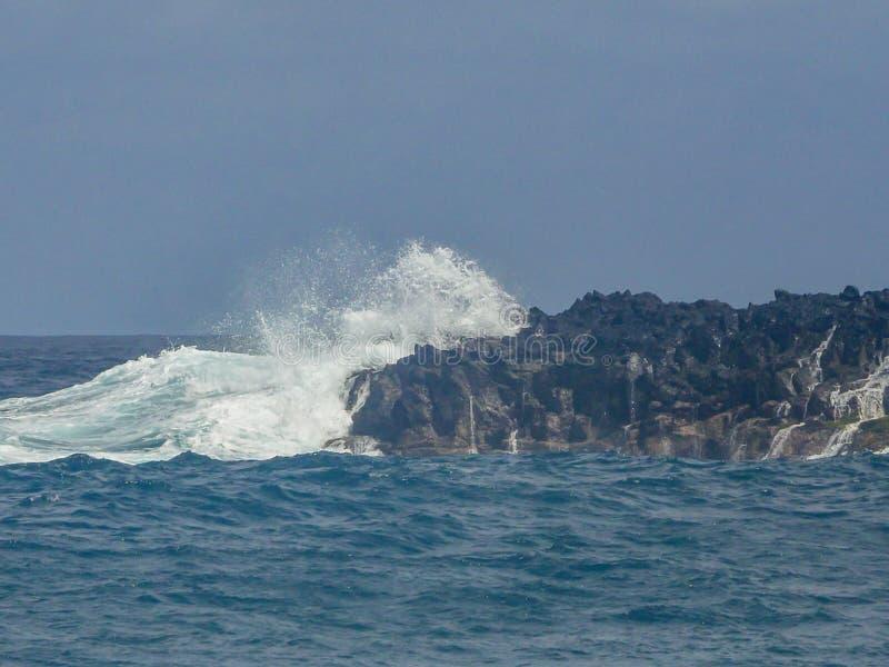 Ondas din?micas de la costa de Tenerife foto de archivo libre de regalías