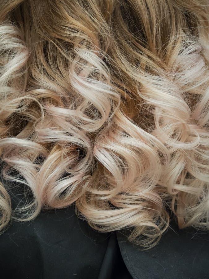 Ondas do cabelo leve com um inclinação da cor imagens de stock