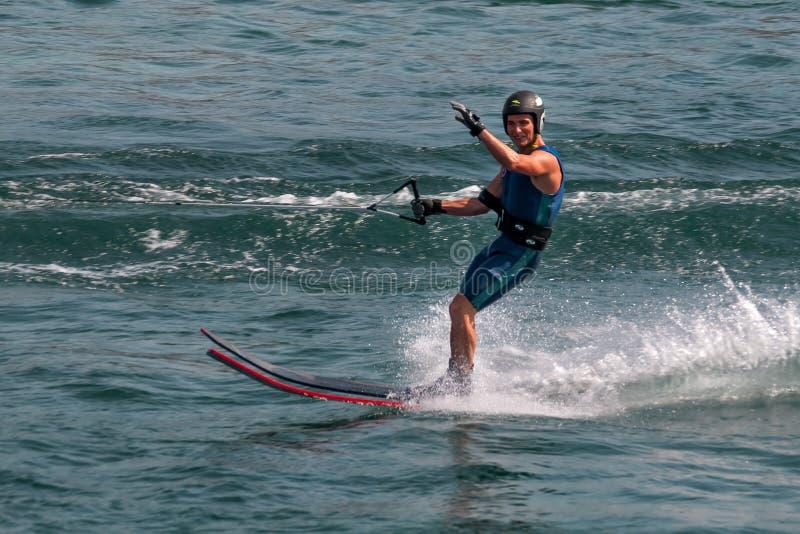 Ondas do esquiador da água olá! fotografia de stock royalty free