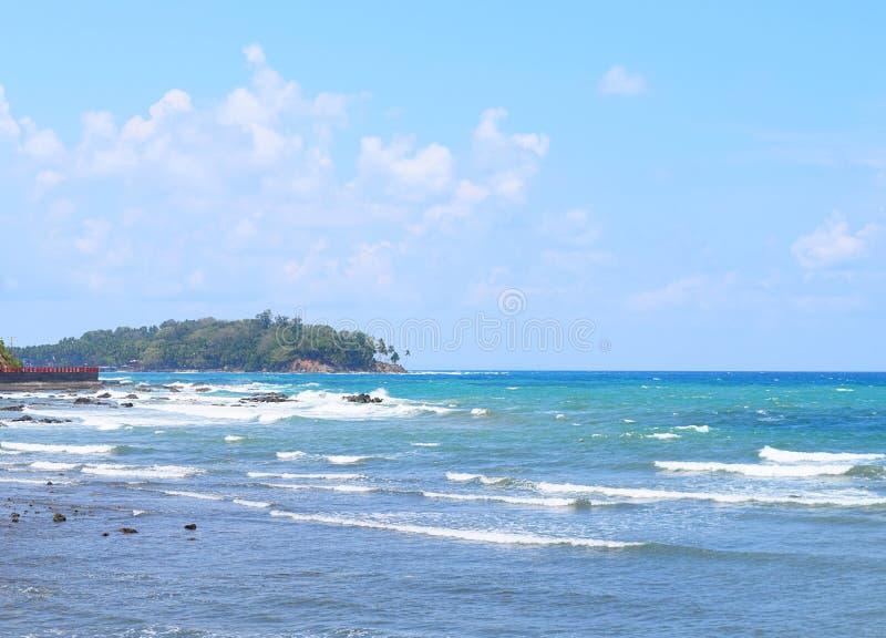 Ondas do mar calmo no oceano azul, no céu claro e na ilha na distância - Port Blair, ilhas Nicobar de Adnaman, Índia fotos de stock
