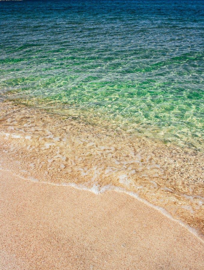 Ondas do mar da água transparente azul no Sandy Beach imagens de stock