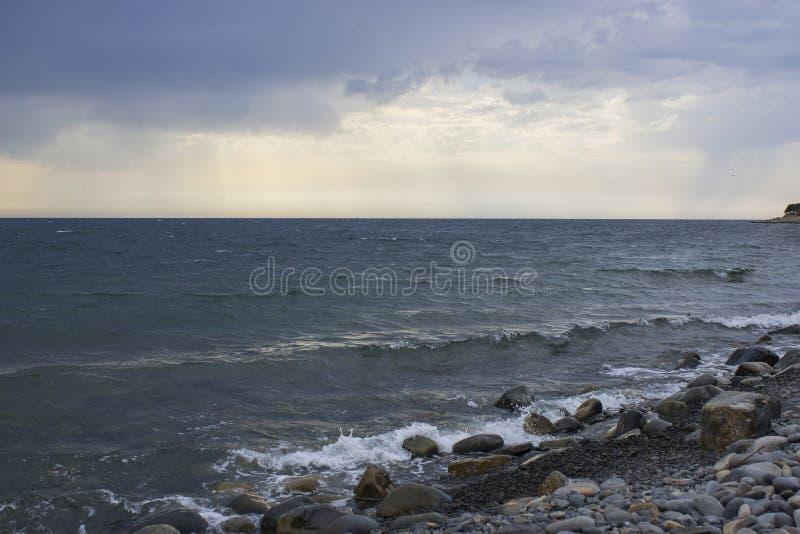 Ondas do mar e céu nublado fotos de stock royalty free