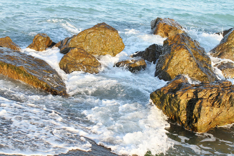 Ondas do mar que batem as rochas fotografia de stock