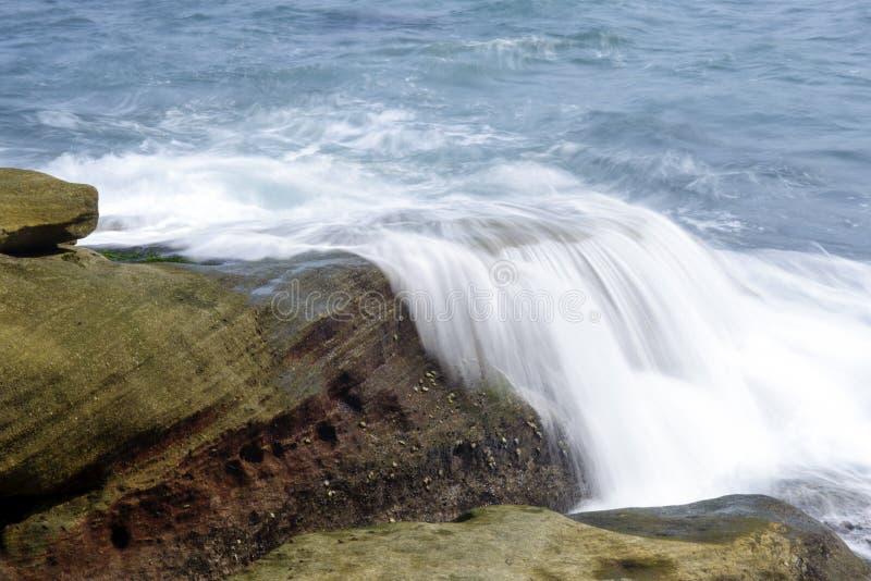 Ondas do mar que batem as rochas da costa imagens de stock royalty free