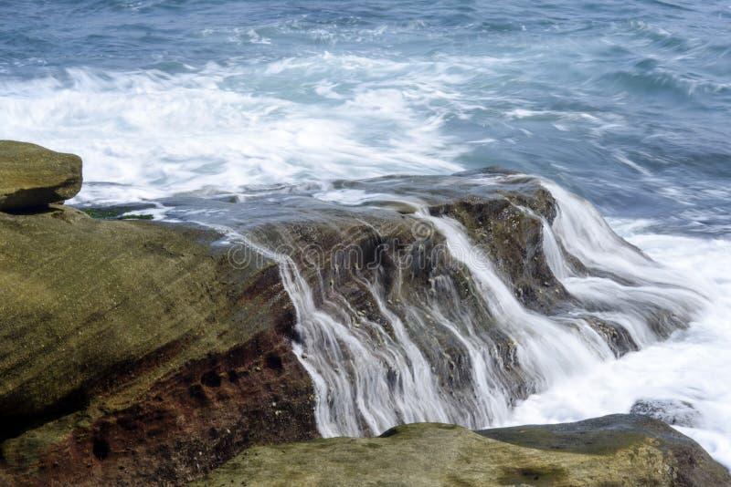 Ondas do mar que batem as rochas da costa foto de stock royalty free