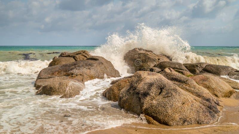 Ondas do mar que deixam de funcionar nas rochas imagens de stock royalty free