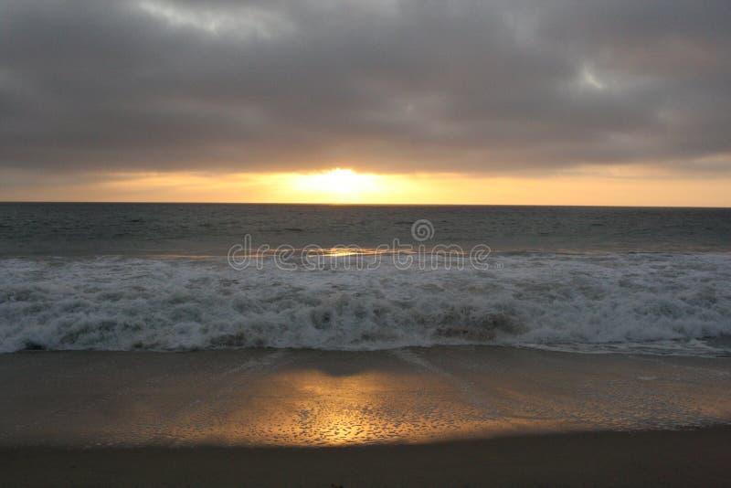 Ondas do por do sol fotografia de stock royalty free