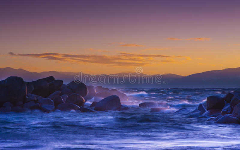 Ondas do por do sol de Lake Tahoe fotografia de stock royalty free