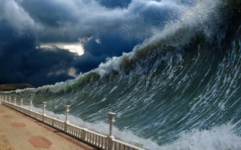 Ondas do tsunami imagens de stock royalty free