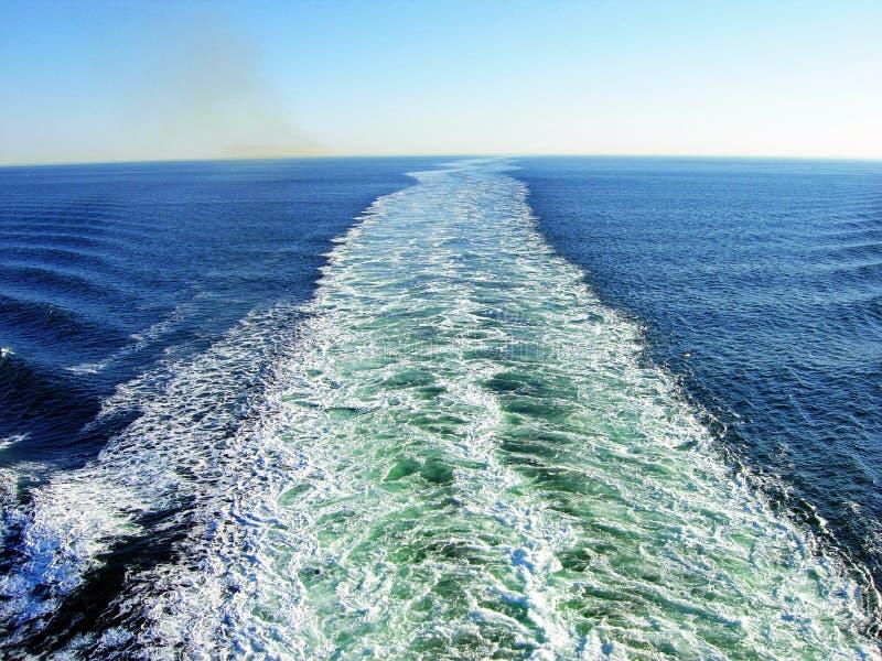 Ondas e gáss de exaustão de um navio imagens de stock royalty free