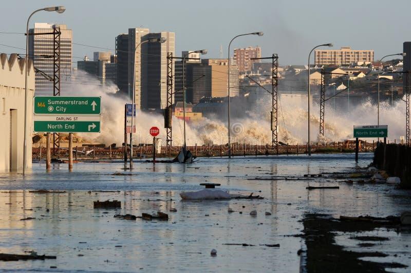 Ondas e inundación de la tormenta imagenes de archivo