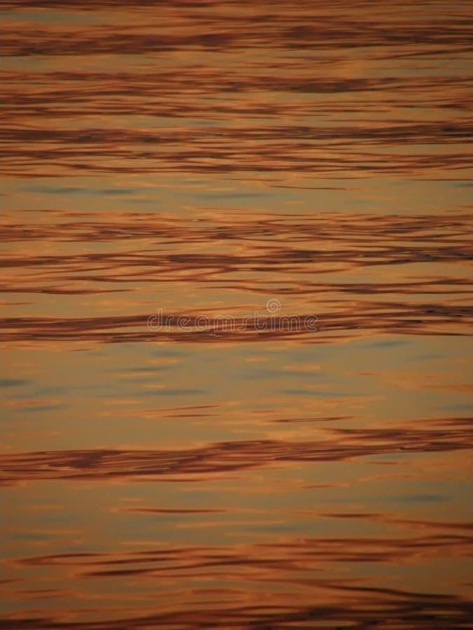 Ondas e o mar no por do sol foto de stock