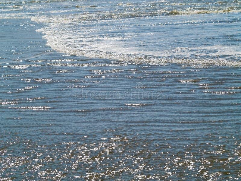 Ondas e ondinhas de oceano imagem de stock