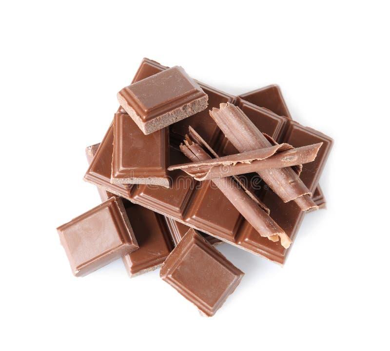Ondas e partes do chocolate isoladas no branco imagem de stock