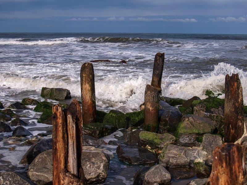 Ondas e rochas deixando de funcionar na ilha de Hatteras imagem de stock