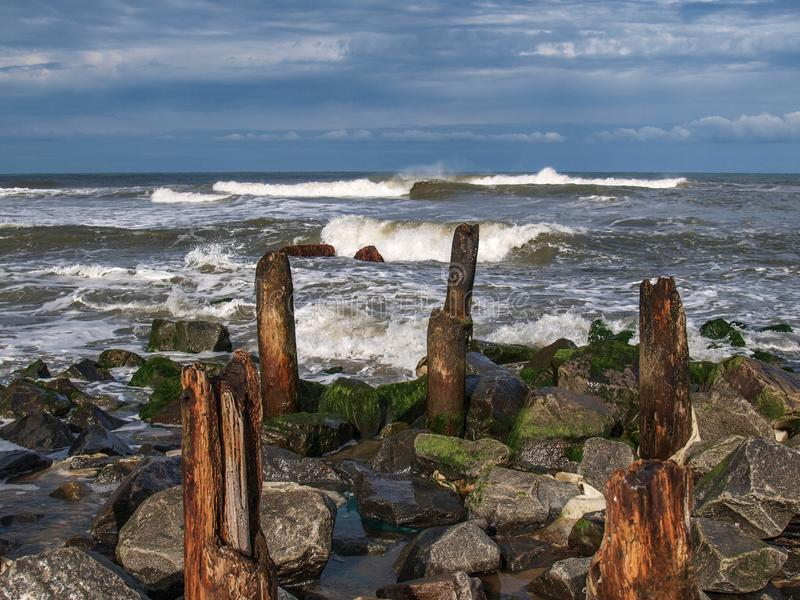 Ondas e rochas deixando de funcionar na ilha de Hatteras fotografia de stock