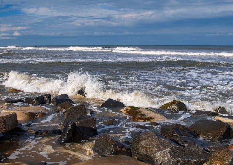 Ondas e rochas deixando de funcionar na ilha de Hatteras imagens de stock