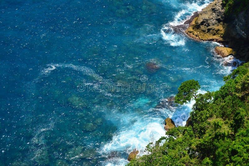 Ondas e rochas no Oceano Índico foto de stock