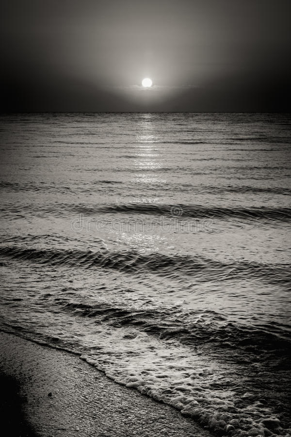 Ondas e Sun de água do oceano do mar no fundo do por do sol fotos de stock