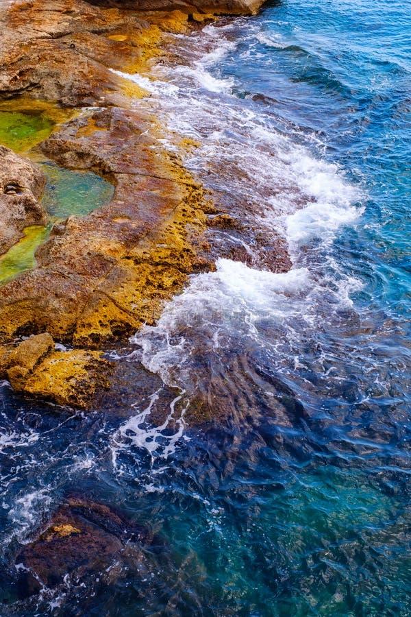 Ondas em rochas da pedra calcária corroída imagem de stock