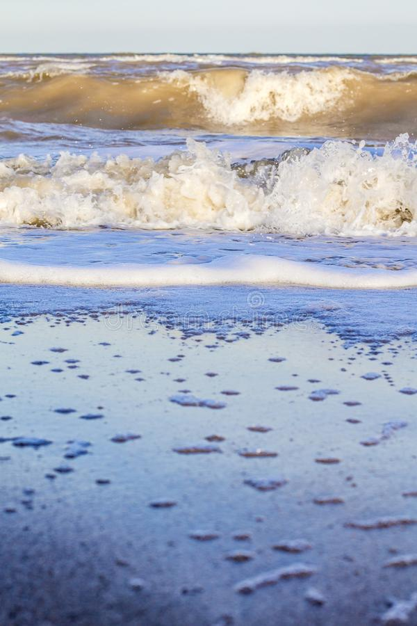 Ondas en el mar cerca de la playa fotos de archivo libres de regalías