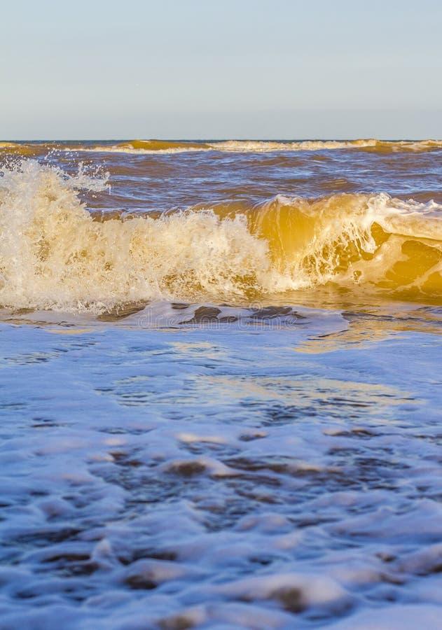 Ondas en el mar cerca de la playa imagen de archivo