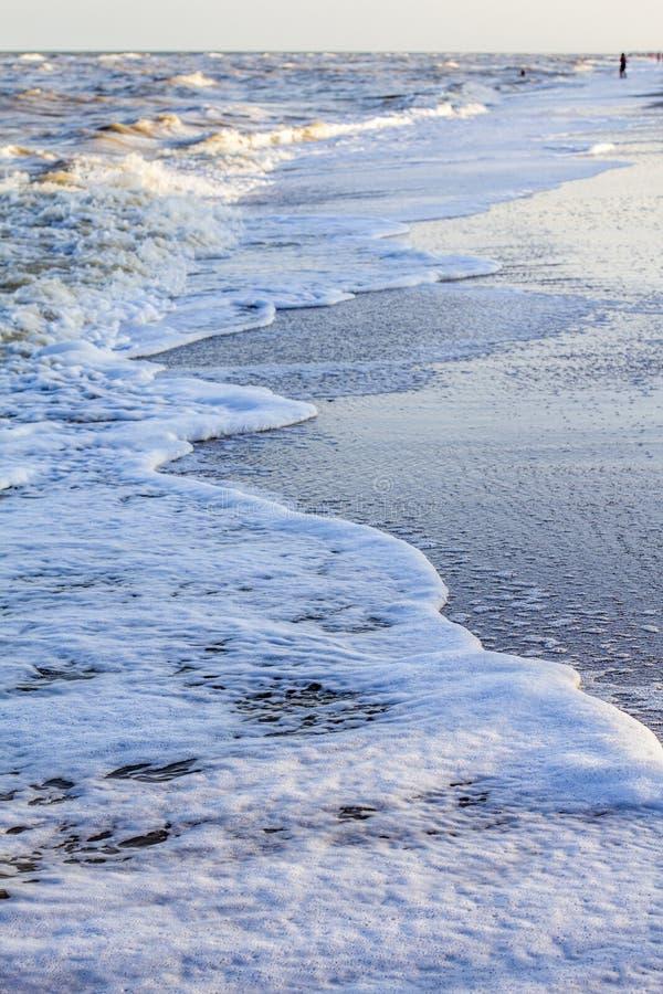 Ondas en el mar cerca de la playa foto de archivo libre de regalías