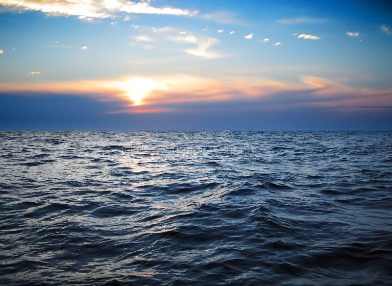 Ondas en el océano imagen de archivo libre de regalías