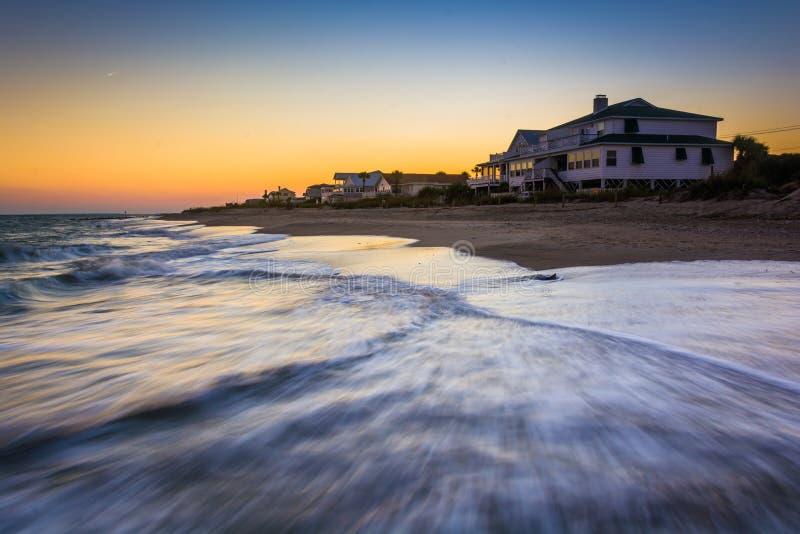 Ondas en el Océano Atlántico y los hogares frente al mar en la puesta del sol, Edis fotos de archivo libres de regalías