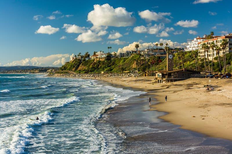 Ondas en el Océano Pacífico y la vista de la playa en San Clemente fotografía de archivo libre de regalías