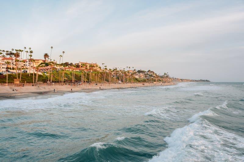Ondas en el Oc?ano Pac?fico y la playa en San Clemente, Condado de Orange, California imagenes de archivo