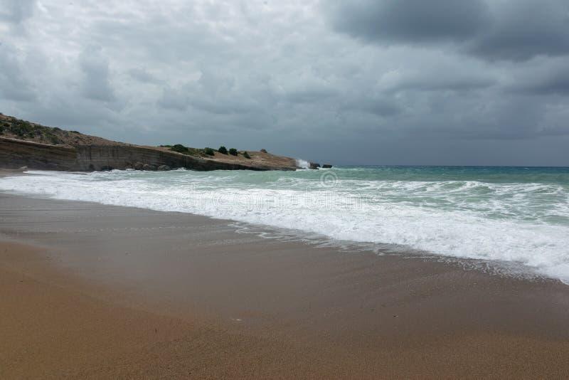 Ondas en la playa de la arena del Mar Egeo en Rodas imagen de archivo
