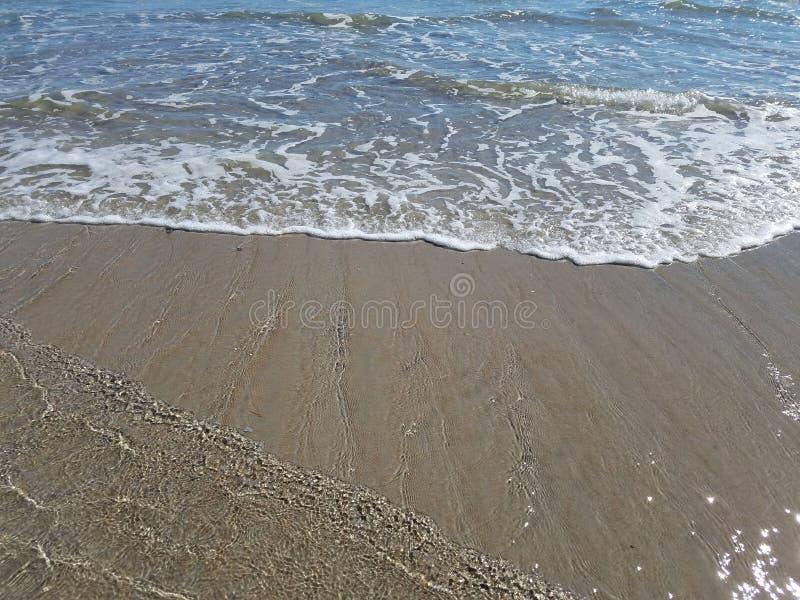 Ondas en la playa por el Océano Atlántico fotos de archivo libres de regalías